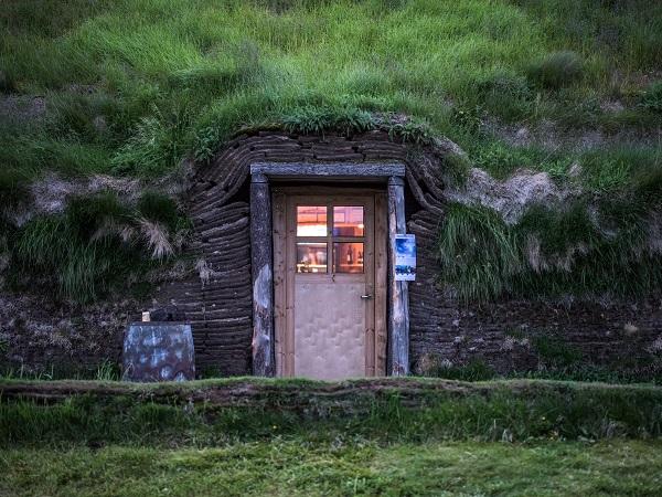 L'Islanda è terra di leggende e di racconti, quindi la si conosce meglio ascoltandone le storie che intestardendosi con coordinate e numeri. Ecco allora 7 consigli di lettura sull'Islanda adatti a chi deve partire e anche a chi cerca una cura alla nostalgia del rientro.