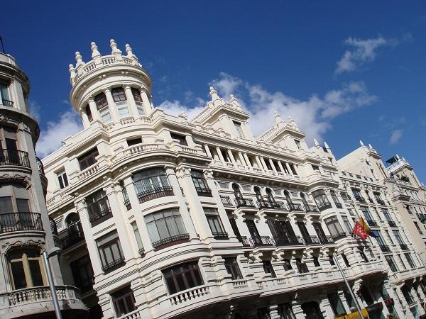 L'elegante Gran Vía, il Palacio Real, l'enorme Plaza Mayor, Plaza de Cibeles con la fontana sono certamente attrazioni imperdibili per una visita di Madrid. Ecco però qualche consiglio per sfruttare al meglio il tempo a disposizione e per entrare davvero in contatto con la cultura spagnola.