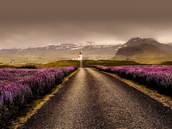 Che senso ha guardare un luogo prima di esserci andati se si è comunque già deciso di partire? Lasciatevi almeno un po' di suspense: lei, e intendo l'Islanda, non vi deluderà.