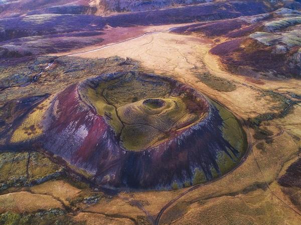 c'è un volume, Il libro dei vulcani d'Islanda, scritto da un giovane italiano, che merita anche solo per il prologo.
