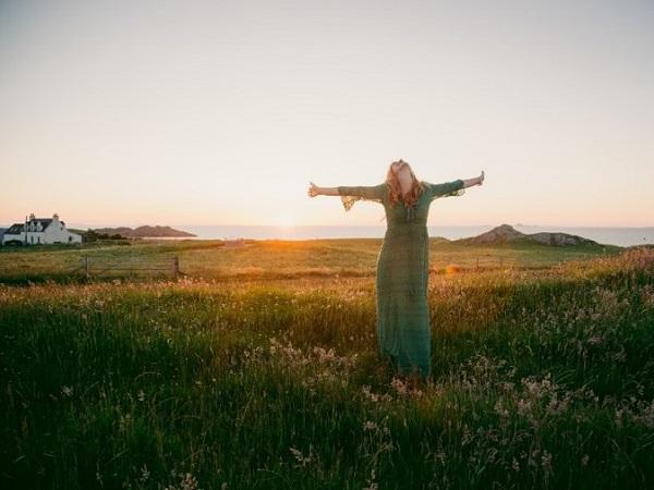 Visto che la luce del sole era perfetta, con i campi e l'oceano illuminati come in un quadro di Monet, Alice ha organizzato in modo estemporaneo uno shooting.