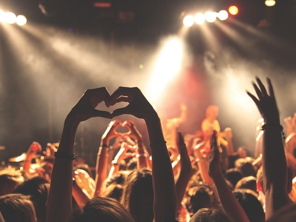 Inizia il 26 giugno e si chiude il 7 luglio il Roskilde Festival, in Danimarca. Un evento che fa della musica un pretesto per finanziare eventi umanitari, culturali e no profit.