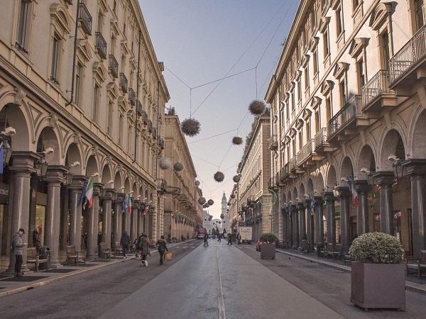 Sabauda, dicono di Torino, e non ho mai capito che diamine significasse, ma credo abbia a che fare con la prevalenza della geometria spigolosa e con le piazze che sembrano più grandi ogni volta che le attraversi.