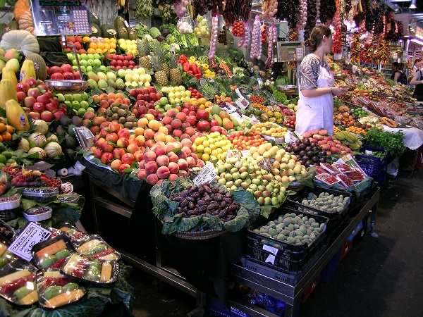 Se non si possono fare programmi, a Barcellona si può andare sul sicuro con una visita a La Boqueria, il mercato coperto che usa frutta, cioccolato e caramelle come elemento base per architetture colorate e golose con effetto ipnotico.
