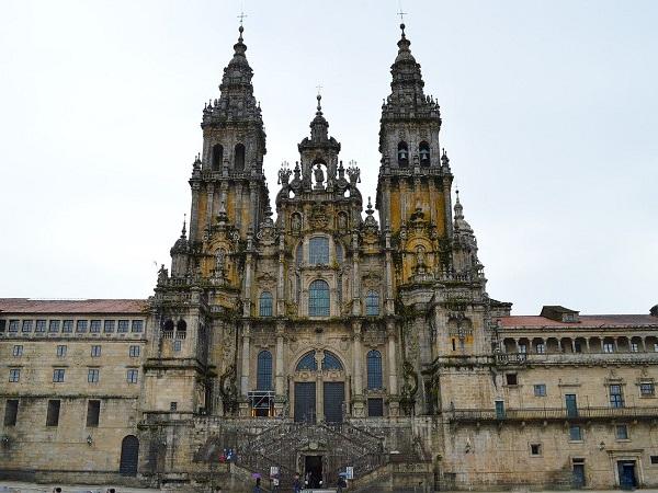 Se la cattedrale di Santiago fosse chiusa, visitare la cittadina merita in ogni caso. Viuzze in saliscendi, case piccole e fiumi di pellegrini che arrivano con ogni mezzo da ogni parte del mondo e si salutano, come amici che finalmente si incontrano nel momento tanto atteso.