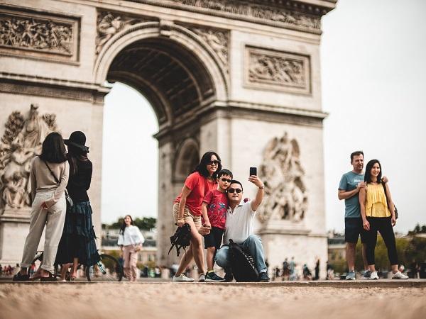 Fotografare l'Arc de Triomphe piazzandosi a cavallo dei due sensi di marcia degli Champs-Élysées, senza rischiare né la vita né il photobombing di qualche altro passante: quelli sì che sarebbero veri Campi Elisi.