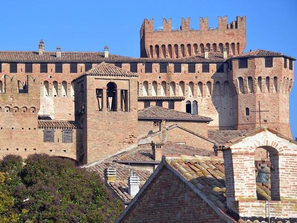 A febbraio si va nelle Marche per il carnevale di Fano, mentre ad agosto per il Rossini Opera Festival. La natura del Conero e la storia della rocca di Gradara, invece, sono sempre lì.