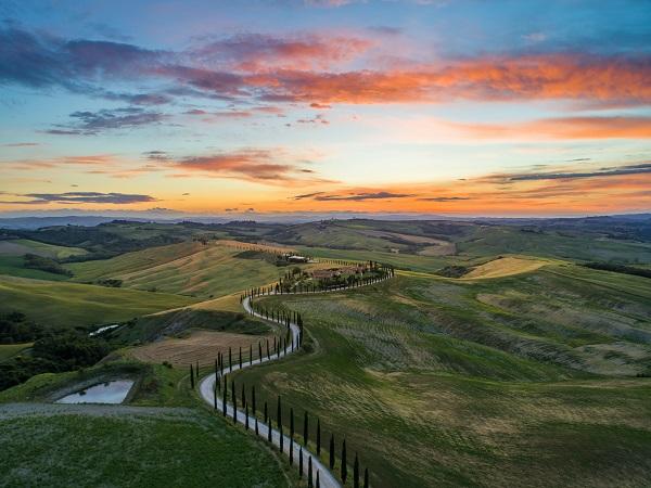"""L'italiano leggero senza la c nasce in Toscana perché qualcuno si è disteso nelle terme a cielo aperto e ha imparato a godersi la vita, inventando la categoria dei """"paesaggi instagrammabili""""."""