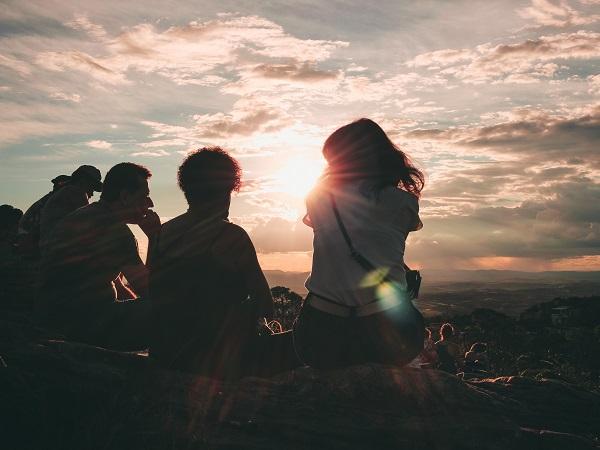 """Il """"torneremo a viaggiare"""", nato come hashtag di buon auspicio per condividere ricordi di viaggio e desideri di partenze future, si sta trasformando in una domanda tra i viaggiatori: torneremo a viaggiare senza paura?"""