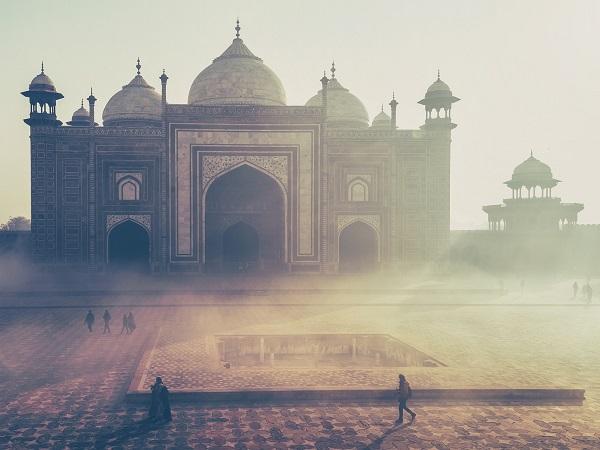 Clara aveva ricominciato anche a sognare e, il mattino seguente, ricordava sempre tutto nei minimi particolari: erano sogni fantastici, avventurosi e tutti, stranamente, ambientati in un paese lontano e magico: l'India.