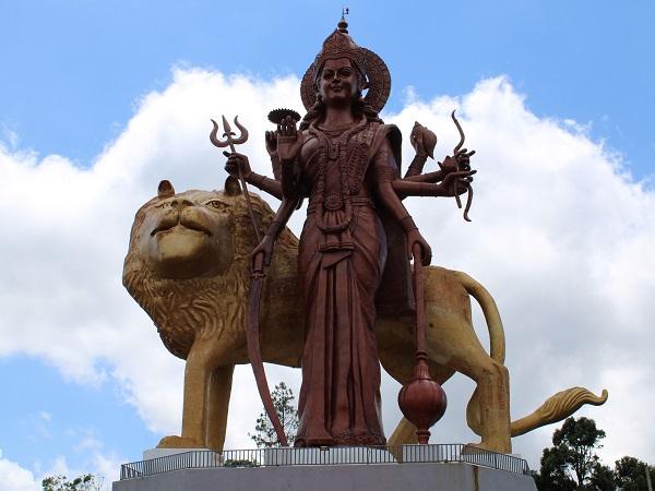L'importanza del Grand Bassin per il culto induista è resa evidente da una coppia di enormi statue di Shiva, paragonabili a due piccoli grattacieli, che accoglie i visitatori.