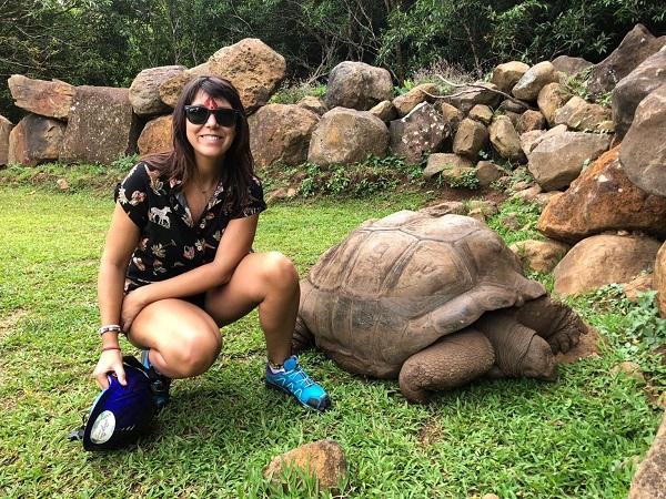 """Ho scelto di visitare la Vallèe des couleurs di Chamounty con un'escursione in quad per scoprire il parco tra cascate, vegetazione tropicale e animali (cervi, tartarughe giganti, pavoni) e raggiungere la """"terra dei colori"""" con una guida esperta."""