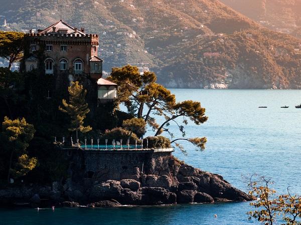 Userete i testi delle canzoni di De André come mappa per visitare Genova. E non vi farete mancare gli assaggi gastronomici. Dedicherete un'intera giornata al golfo del Tigullio.