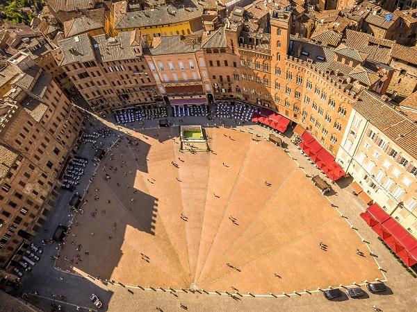 Un week-end per viziare il palato con vini e prodotti toscani e visitare la città di Siena.