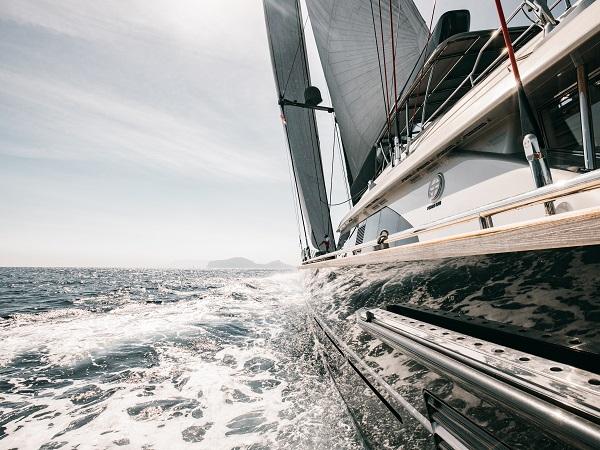 Se quest'estate non vuoi rinunciare alle vacanze, hai diverse possibilità per riprendere a viaggiare in sicurezza, una di queste è la barca a vela con la famiglia.