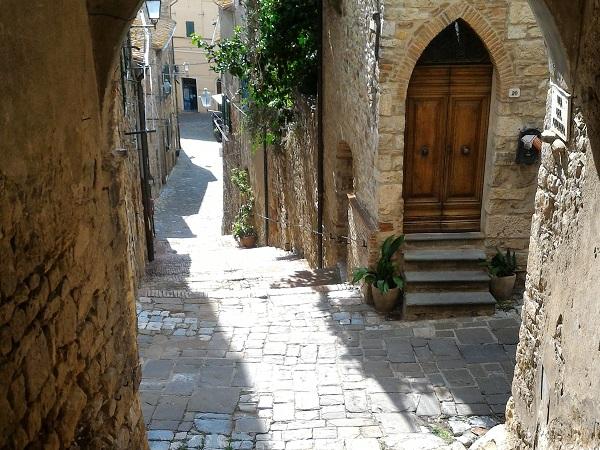A ottobre Suvereto è il paese delle pietre e del silenzio, ma la sagra del cinghiale a novembre e le manifestazioni Sapori tra le mura e Calici sotto le stelle ad agosto attraggono turisti italiani e stranieri.