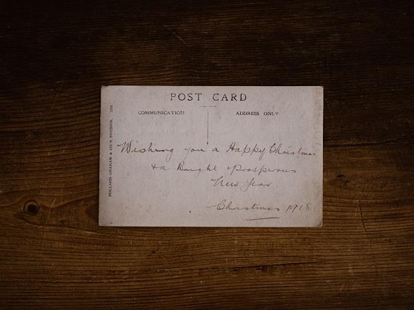 Cartolina postale e postcard sono la stessa cosa, è vero. Il termine inglese ha però una nota irrimediabilmente moderna, non fa pensare subito agli scatti opachi e ai cartoncini dai bordi ingialliti.