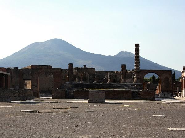 Decidiamo di inserire un fuori programma: Pompei. Neanche a dirlo, l'immenso sito archeologico è semideserto.