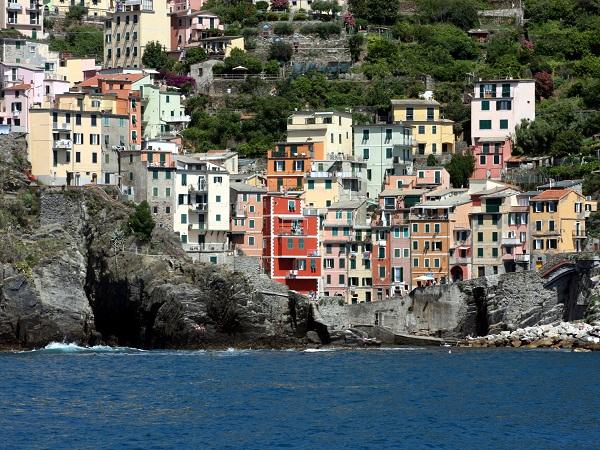 Sono stata decine di volte in Liguria, ma mai alle Cinque Terre. Quindi iniziamo da lì, scegliendo di ammirarle dal mare..