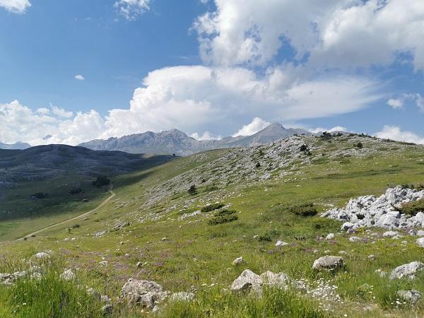 Trascorriamo ancora un'altra giornata in Abruzzo, ci spingiamo fino a Rocca Calascio e poi attraverso l'esteso altopiano di Campo Imperatore, dove è stato girato il film Lady Hawke.