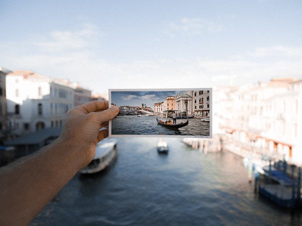 C'è chi non ha perso il piacere della cartolina, dell'attesa e del piccolo effetto sorpresa. Solo che ha reso l'abitudine un po' più moderna: ha scelto di aprire le porte alla postcard.