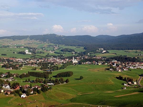 L'altopiano di Asiago ti restituisce le distanze, il verde torna a essere confine tra le cittadine e loro frazioni.