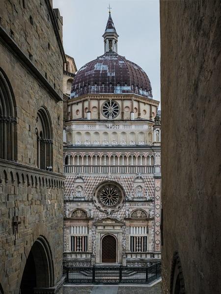 """A Bergamo non ci abito, quindi posso farne una meta di viaggio. Anche se da marzo, e con Google Trends che dice che l'argomento più correlato al termine """"Bergamo"""" è bara, suona più come un pellegrinaggio. E, infatti, siamo partiti in dieci."""