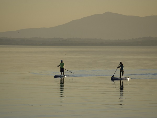 Sul lago Trasimeno si praticano diversi sport d'acqua: windsurf, kitesurf, wakeboard, SUP, vela, sci nautico e pesca.