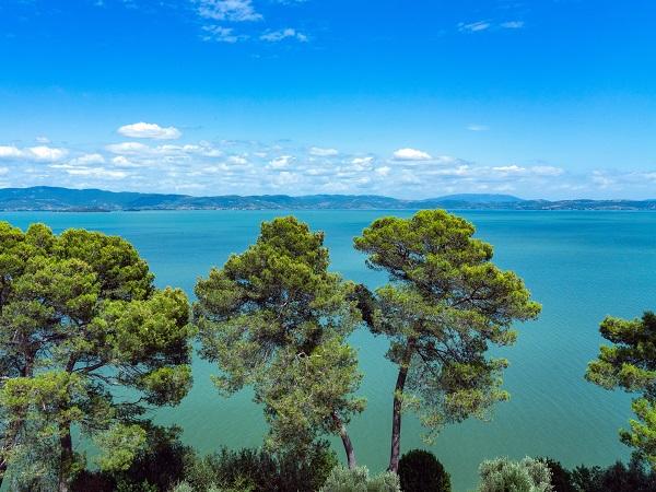 L'Umbria non cerca di affacciarsi sul mare perché ha il lago Trasimeno, il più grande di tutto il Centro Sud: tanto grande da soddisfare tutti i desideri.