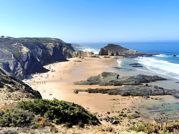 La costa del Portogallo, fotografata durante una sosta del viaggio in auto.