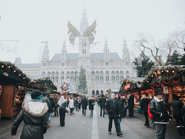 Anche a Vienna sono iniziati i preparativi natalizi e qui si parla di mercatini di Natale perché ce ne sono ben più di uno e sono sparsi per la città.