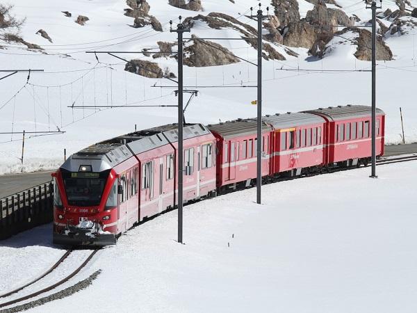Il sito ufficiale scherza sul fatto che il Bernina Express sia l'espresso più lento d'Europa: incarrozza panoramica, con posti prenotati, ci godremo ogni millimetro dei paesaggi innevati.