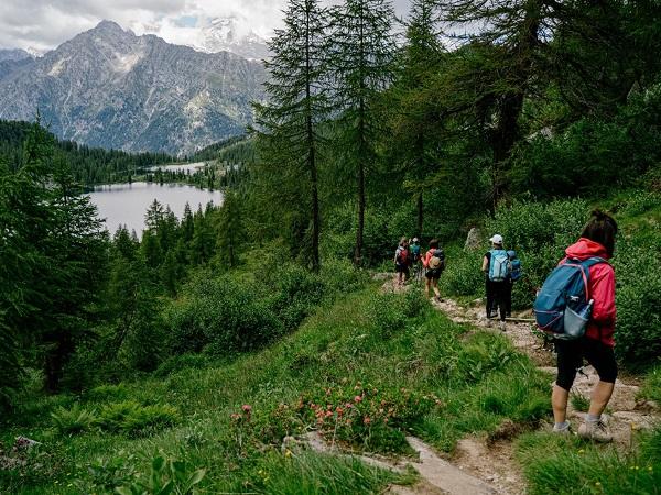 Davanti a noi la maestosità della catena dell'Adamello che dominava tutto il paesaggio, i due laghi di Caderzone e di San Giuliano.