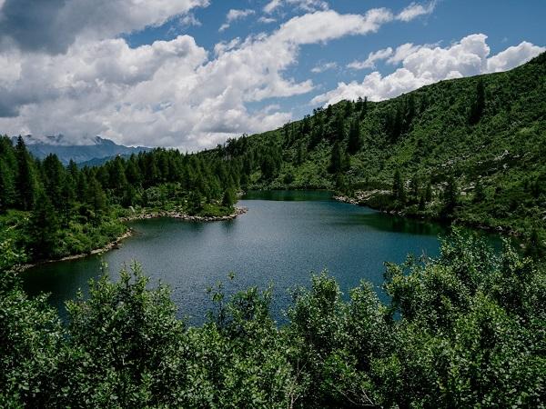 Dopo una ventina di minuti di cammino, abbiamo ammirato il lago di Vacarsa, un piccolo gioiello incastonato tra le montagne,