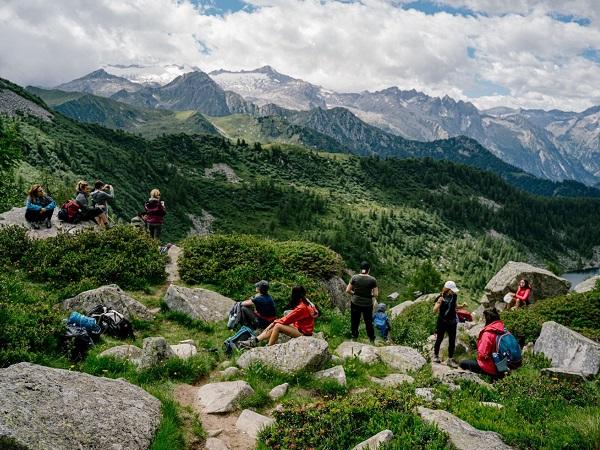 Mi ritengo fortunata ad avere la maestosità delle Dolomiti vicino casa. Non conosco ogni singola località e difficilmente torno nei luoghi che ho già visitato. Ma organizzando il viaggio per sole donne sulle Dolomiti, nella mia mente si sono materializzati quel sentiero e quei laghi.