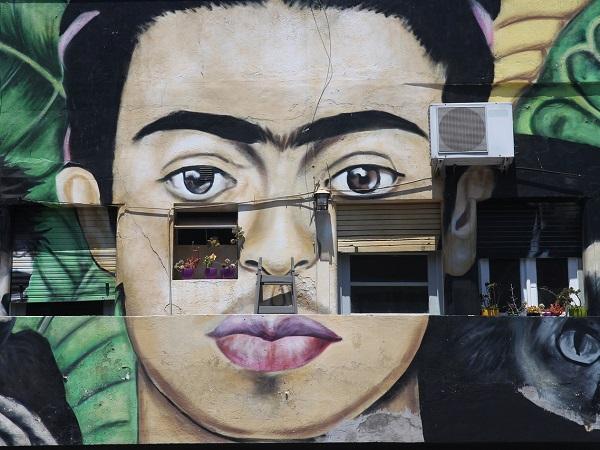 Google Arts & Culture ha dedicato a Frida Kahlo una mostra online che ne racconta la storia, raccoglie una selezione delle sue opere e di fotografie che la ritraggono.