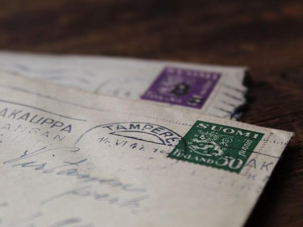 Il potere della tecnologia consente di spedire cartoline dal mondo mentre si sta beati (o reclusi) a casa propria.