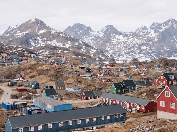 """La """"Casa Rossa"""" si chiama così per via del suo colore: è una delle casette rosse in legno del villaggio di 2000 persone che è la capitale simbolica della Groenlandia orientale, ma l'unica con il suo nome appeso sulla facciata, Utiili aapalartoq."""