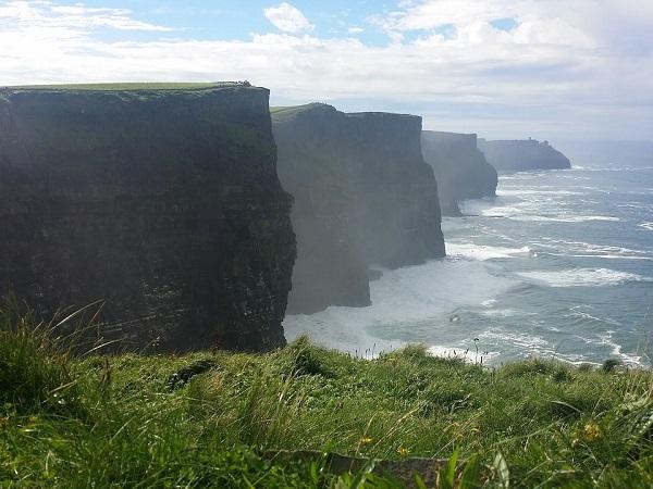 """5 """"momenti"""" di viaggio da provare una volta nella vita? Una scogliera in Irlanda, battuta dal vento, è sicuramente uno di questi."""