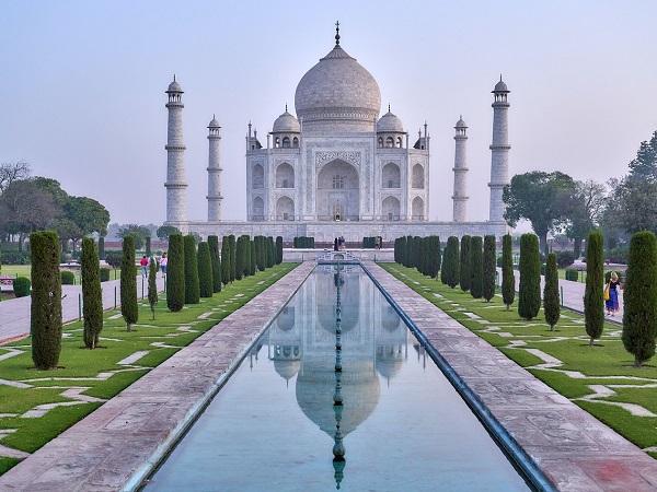 Un'immagine potente: in India, davanti al Taj Mahal all'alba.