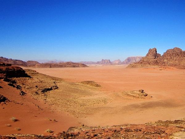 Mi ritrovo in Giordania, seduta su una duna di sabbia rossa, immersa nel silenzio, con lo sguardo che, sfiorando le rocce e la distesa immensa del deserto del Wadi Rum.