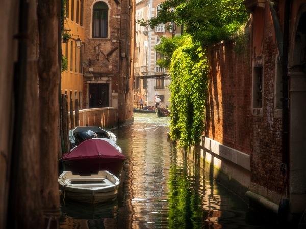 Il modo più insolito, e quindi per noi il migliore, per celebrare i 1600 anni di Venezia è però quello di sfuggire agli itinerari noti e tracciati.