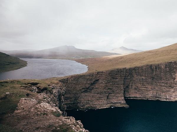 Le Faroe, quell'arcipelago che punteggia l'oceano tra Danimarca e Islanda, ipotesi di confine tra Atlantico e Mar di Norvegia.