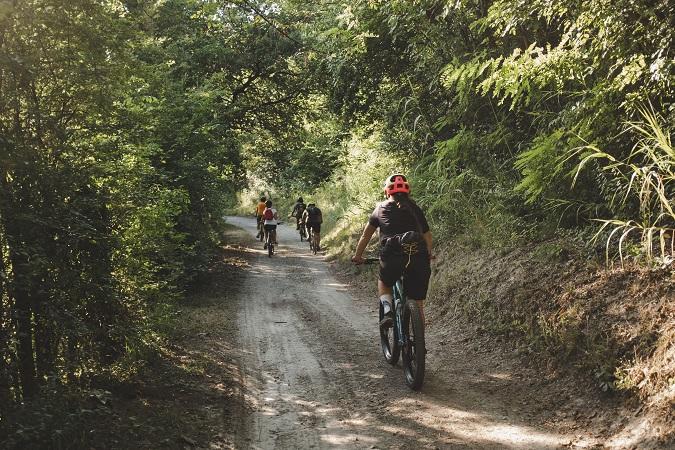 La mountain bike è per gli stoici, che amano pedalare fino a sentire i muscoli che bruciano, l'e-bike è per gli epicurei, che preferiscono godersi il paesaggio dando qualche pedalata ogni tanto.