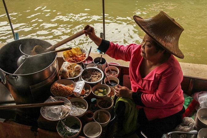La cucina asiatica ci attira, ha quel sapore esotico che ci fa sognare paesi lontani, rievocati dai colori e dai profumi delle spezie. Vediamo qualche piatto particolare, che non tutti conoscono: 4 cibi da provare in Asia.