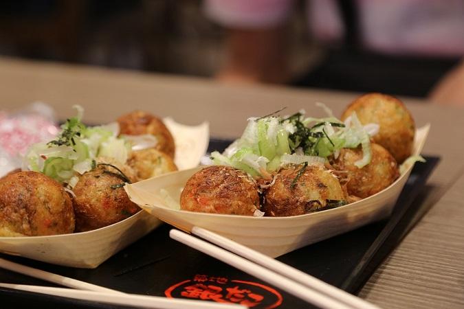 """Nella loro cultura mangiare per strada è disdicevole, eppure i giapponesi propongono dell'ottimo street food, """"travestendo"""" i baracchini da locali all'aperto."""