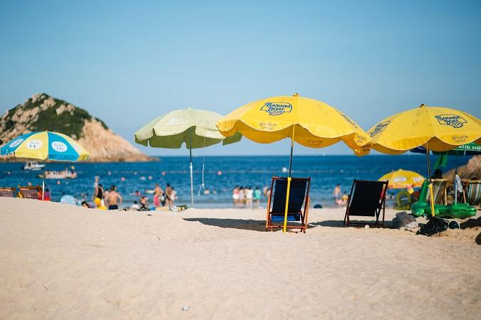 Le Bandiere verdi consentono di individuare le spiagge che presentano caratteristiche adeguate perché la famiglia trascorra una vacanza piacevole, stimolante e sicura.