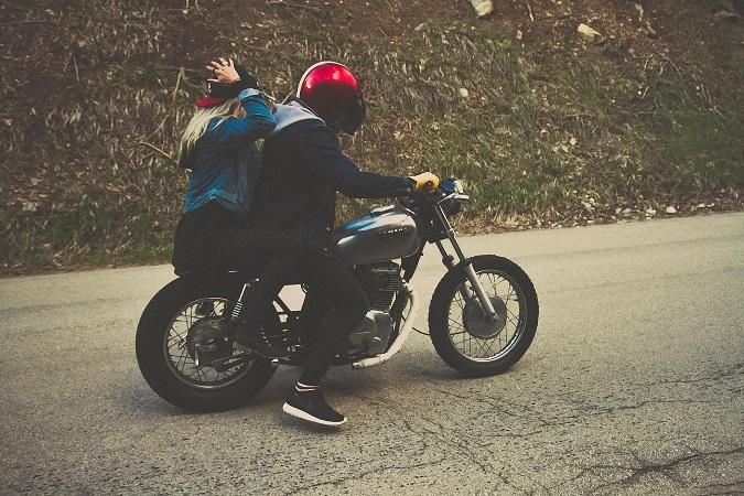 Quelli che vogliono farsi passare per motociclisti veri chiamano il passeggero zavorra o zainetto.