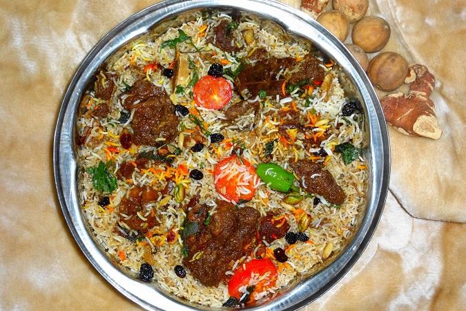 Il biryani è un piatto a base di riso basmati, spezie e carne.