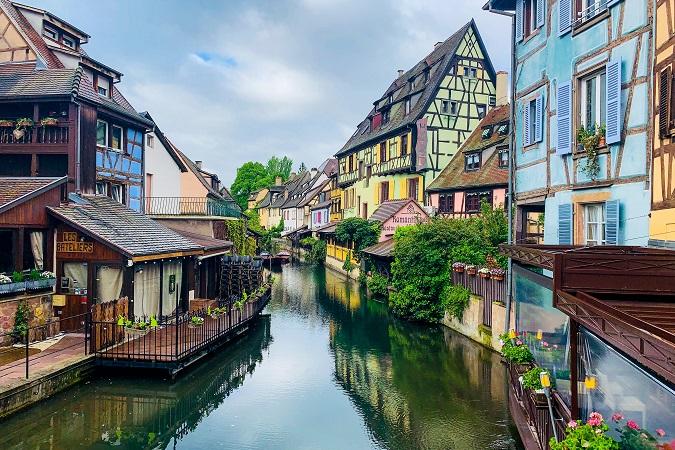 L'Alsazia è la regione orientale della Francia che confina con Svizzera e Germania. La sua città più nota è Strasburgo, ma un nome altrettanto famoso è quello di Colmar.